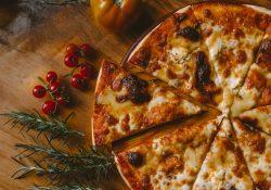 En god pizza laves i en pizzaovn med kærlighed